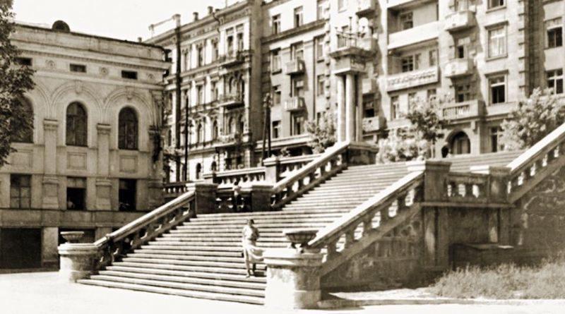 Лестница возле Оперного театра. История