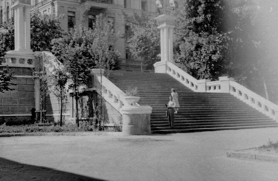 Сходи біля Оперного театру. Історія