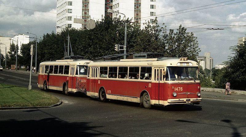12 июня 1966, в Киеве впервые вышел на маршрут необычный транспорт - троллейбусный поезд.