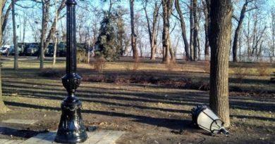 У Маріїнському парку міняють нові ліхтарі, які за місяць заіржавіли