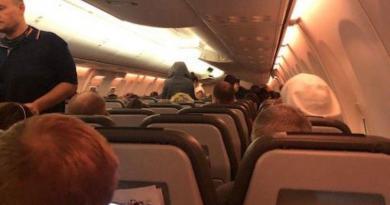 Ще 50 пасажирів рейсів із Дохи які відмовляються від обсервації тримають у літаку