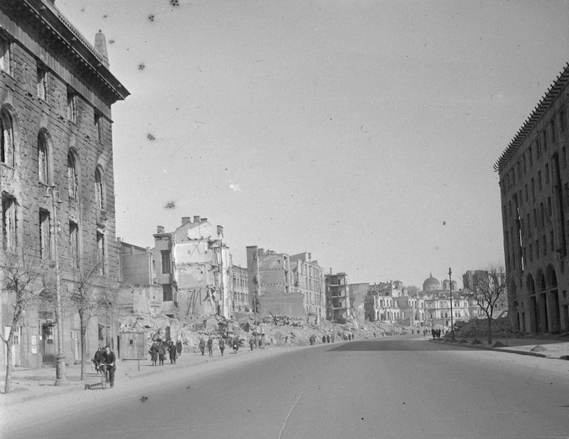 Уцелевшее здание бывшего банка на сожженном Крещатике. 1942 год