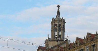 З історичної будівлі на Хрещатику впав шпиль. Фото