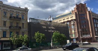 У Києві почали розбирати фасад будівлі колишнього центрального гастроному