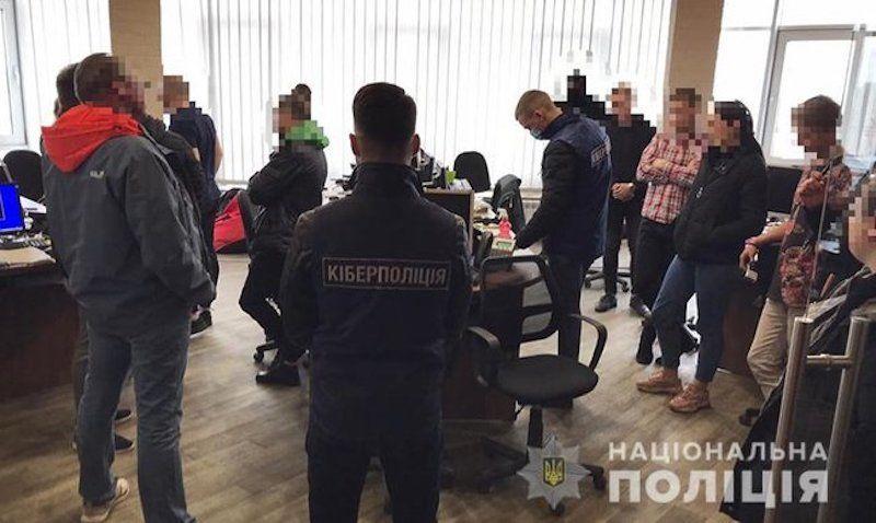 У Києві блоковано шахрайську діяльність компанії, що імітувала операції на міжнародних фінансових ринках, - кіберполіція 01