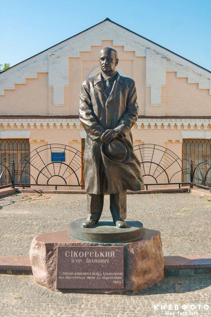 Памятник Игорю Сикорскому в КПИ