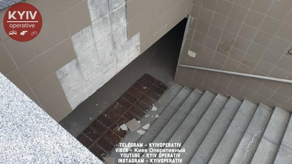 У Києві з відреставрованого підземного переходу обсипалася плитка. Фото