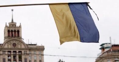 У столиці приспущені державні прапори. Київ прощається із захисником, який загинув на сході України