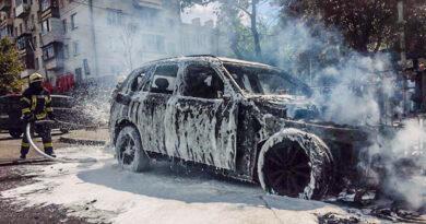 У центрі столиці вибухнув BMW X5: згоріли два авто. Фото та відео