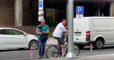 Дубинский снимает ролик на велосипеде