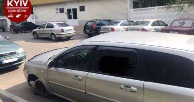 У Києві біля поліцейського відділку невідомі зняли колеса з припаркованого автомобіля