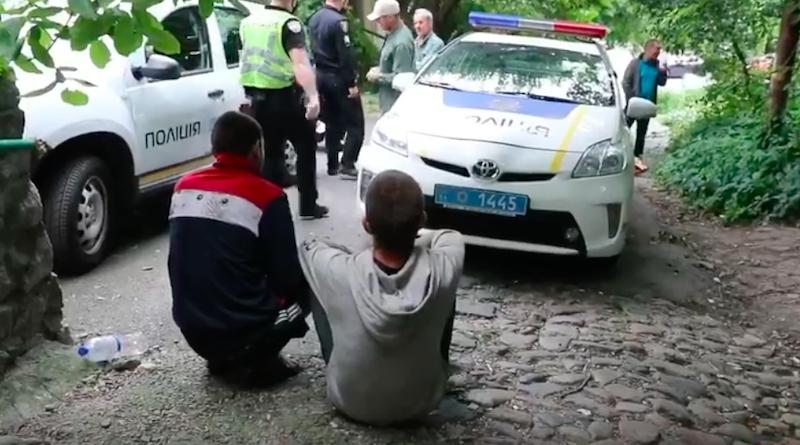 """Поліція Києва затримала вандалів, які завдали шкоди """"Замку Річарда"""", що на Андріївському узвозі. Відео"""