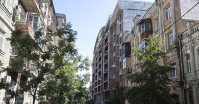 Забудовник взяв зобов'язання прибрати зайві поверхи на скандальній будівлі на вулиці Гончара. Фото та відео