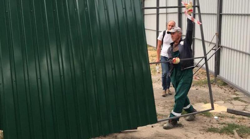 Біля парку імені Малишка демонтують будівельний паркан