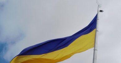Найбільший, головний прапор України і флагшток, на якому він майорить, у відмінному стані - Кличко