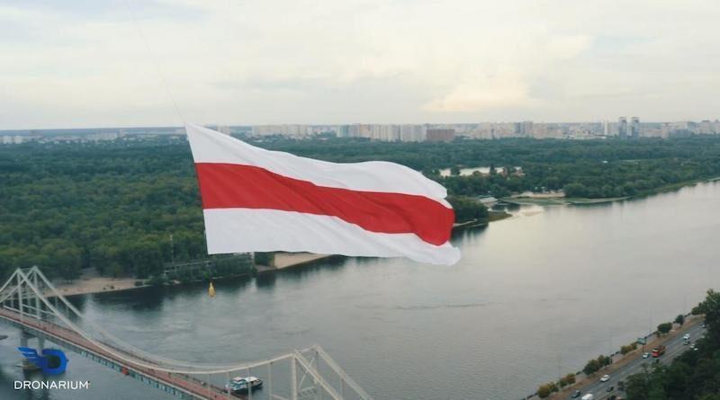 Над Києвом запустили величезний прапор Білорусі. Відео