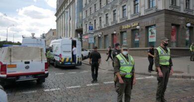 У центрі Києва чоловік захопив приміщення банку  і погрожує підірвати