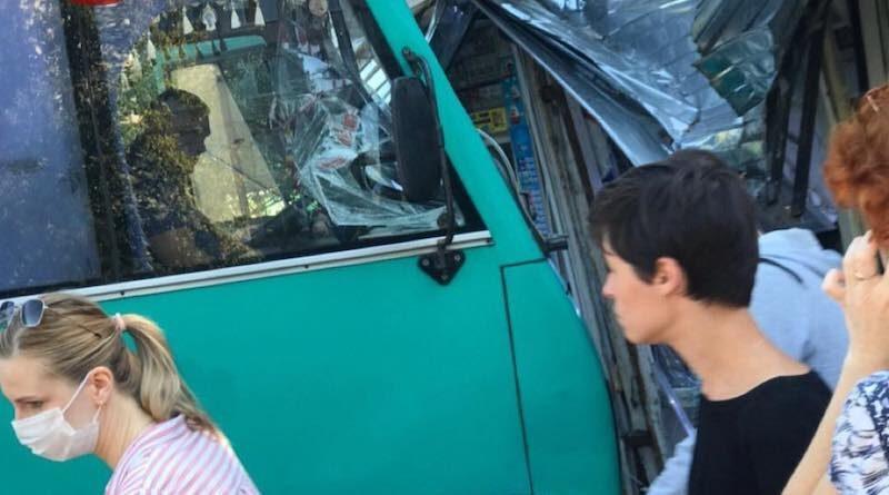 У Києві маршрутка з пасажирами протаранила продуктовий кіоск. Фото