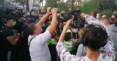 Кияни вийшли на протест проти будівництва ТРЦ біля парку Малишка. Відео