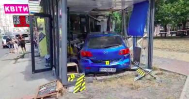 Внаслідок ДТП на перехресті в Києві Mazda протаранила кав'ярню: постраждали 2 людини. Відео