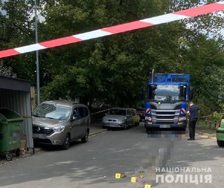 В Киеве мусоровоз сдавая задним ходом наехал на мать с ребенком, женщина погибла, - Нацполиция 01