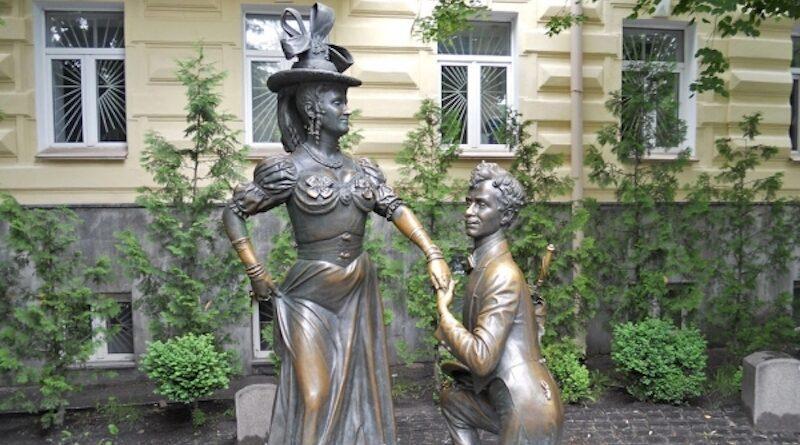 Памятник Проне Прокоповне и Голохвастову - За двумя зайцами