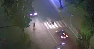 У Києві на Русанівці водій збив трьох дівчат на переході. Відео