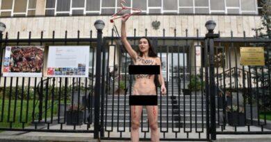"""Під Польським посольством у Києві активістка Femen влаштувала """"голу"""" акцію"""