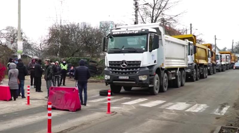 Мешканці Русанівських садів заблокували ключовий етап робіт на Подільсько-Воскресенському мості. Відео