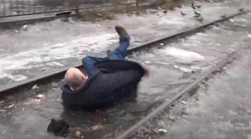 Карма під час прямому ефіру. Нападник на журналістку, послизнувся і впав в калюжу. Відео
