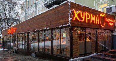 Київським комунальникам завадили демонтувати літній майданчик ресторану «Хурма» біля Золотих Воріт. Відео