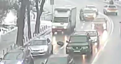 У центрі Києва вантажівка на ходу «загубила» колесо. Відео