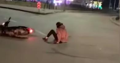 У Києві п'яний водій моторолера впорався з керуванням, та в'їхав у металеву огорожу. Відео