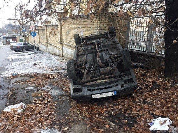Пешеходы перевернули авто припаркованное на тротуаре