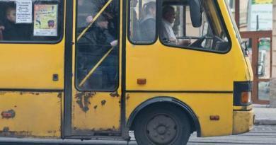 Київським маршруткам дозволили ще пів року возити пасажирів за готівку