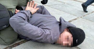 У Києві чоловік під погрозою ножа відібрав мобільні телефони у неповнолітніх
