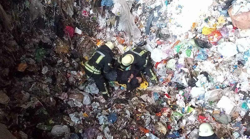 На Осокорках рятувальники дістали чоловіка з бункера твердих побутових відходів.