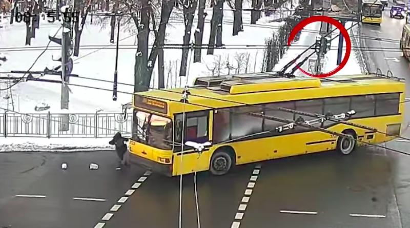 У Києві жінка потрапила під тролейбус на регульованому пішохідному переході. Відео