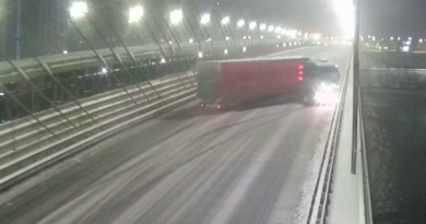 На Південному мості занесло вантажівку. Відео