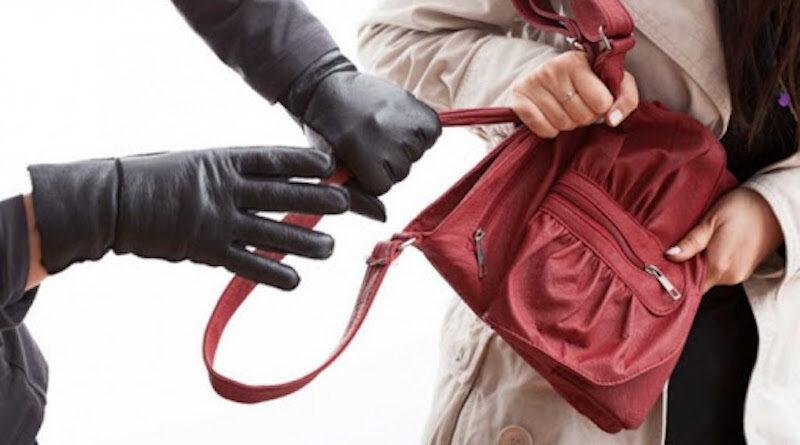 У Києві чоловік вихопив у пенсіонерки з рук сумку із 130 тисячами гривень
