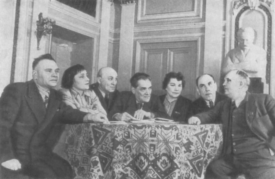 Основатели театра им.  И. Франко в фойе театра (справа - Гнат Юра)