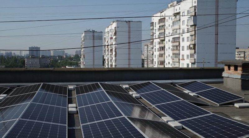 Електростанція на даху приносить дохід киянам.