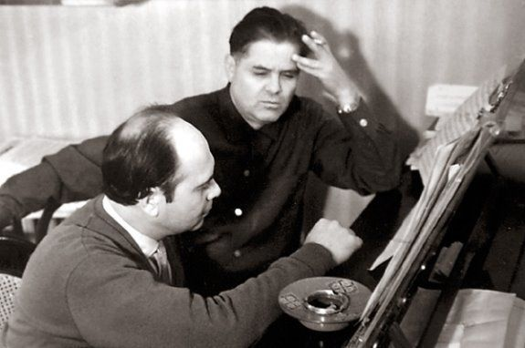 И. Н. Шамо (слева) и поэт Д. А. Луценко за работой.  Киев, 1960-е гг