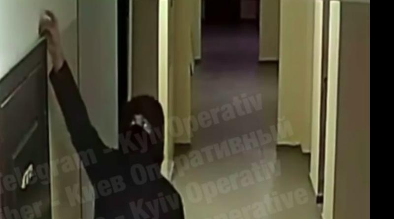 Мешканці будинку на Позняках потерпають від нестерпного смороду, який хтось розпилює над дверима. Відео