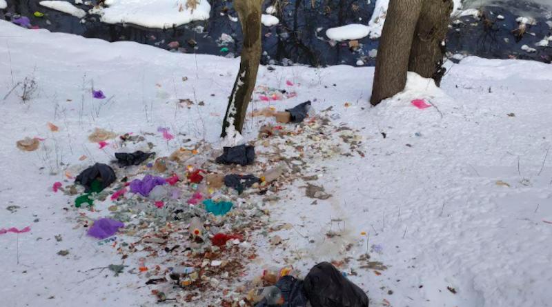 На Нивках продавці шаурми викидають сміття біля озера