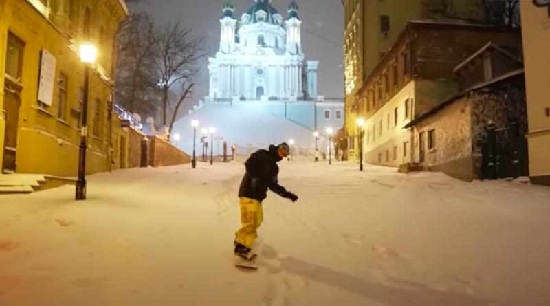 На Андріївському узвозі з'явились перші сноубордисти