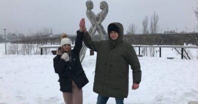 У Києві пара закоханих прикувала одне одного ланцюгом