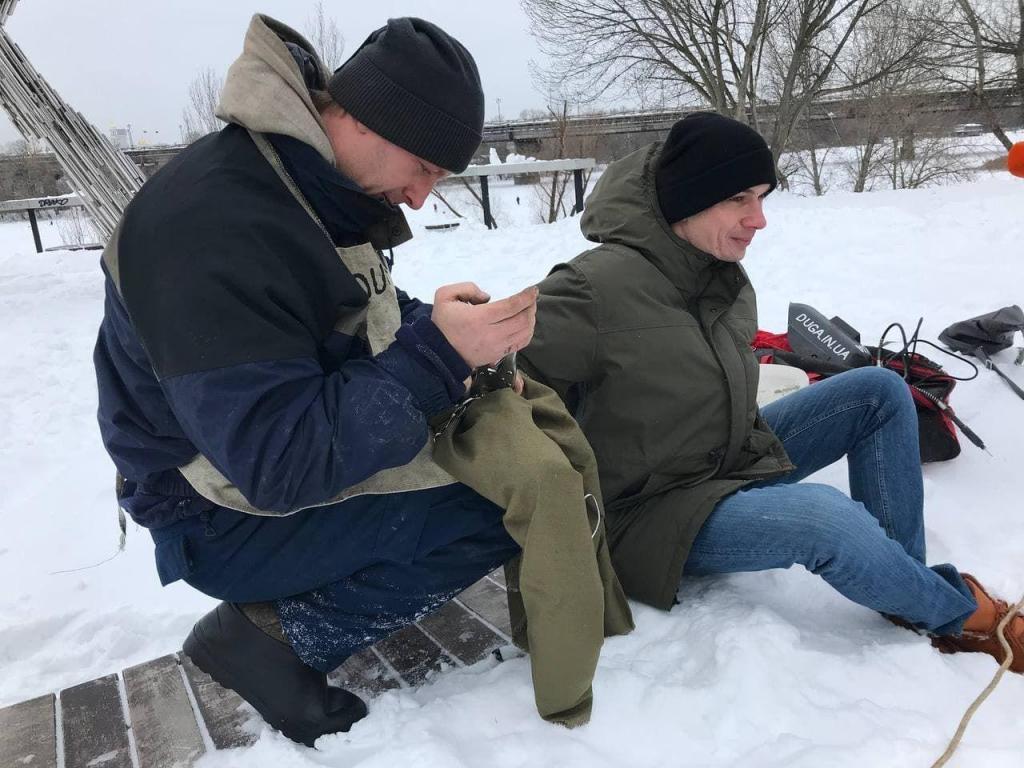 В Киеве пара влюбленных приковала друг друга цепью