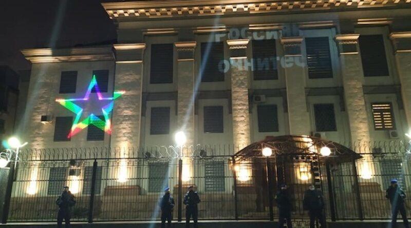 Активісти напередодні послання Путіна до Федеральних зборів РФ провели акцію під посольством Росії.