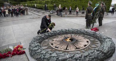 Віталій Кличко поклав квіти на могилу Невідомого солдата в парку Вічної Слави. Фото
